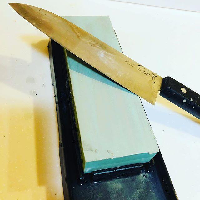昼間はタープを試行錯誤、夜は研ぎの練習。愛用のナイフは失敗したくないので、包丁で練習。ヒッヒッヒっひ。