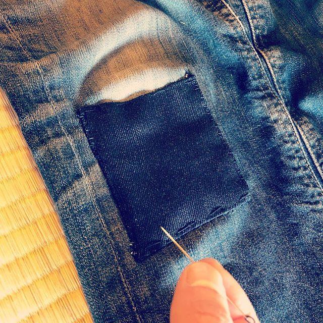 #ブッシュクラフト な生活していると膝に穴が空くので、ちくちく継ぎを当ててみたよ。