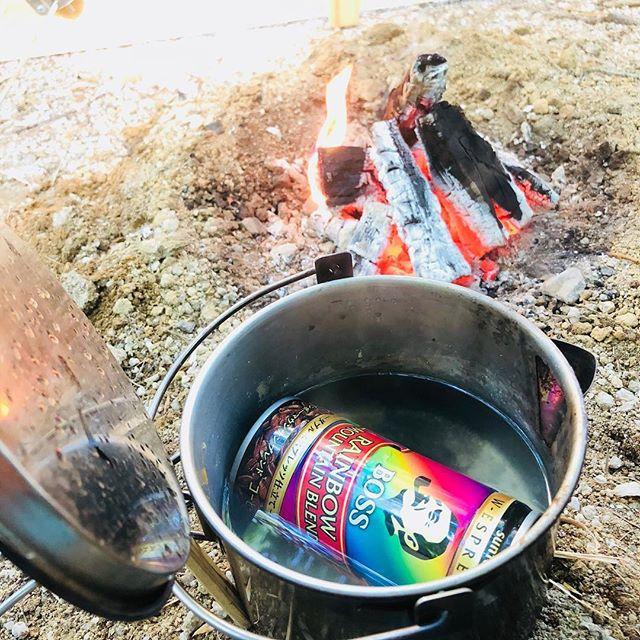 コッフェルを洗いがてら缶コーヒーを温める。#BOSS #レインボーマウンテン#一晩中焚き火して夜の寒さをやり過ごした今朝