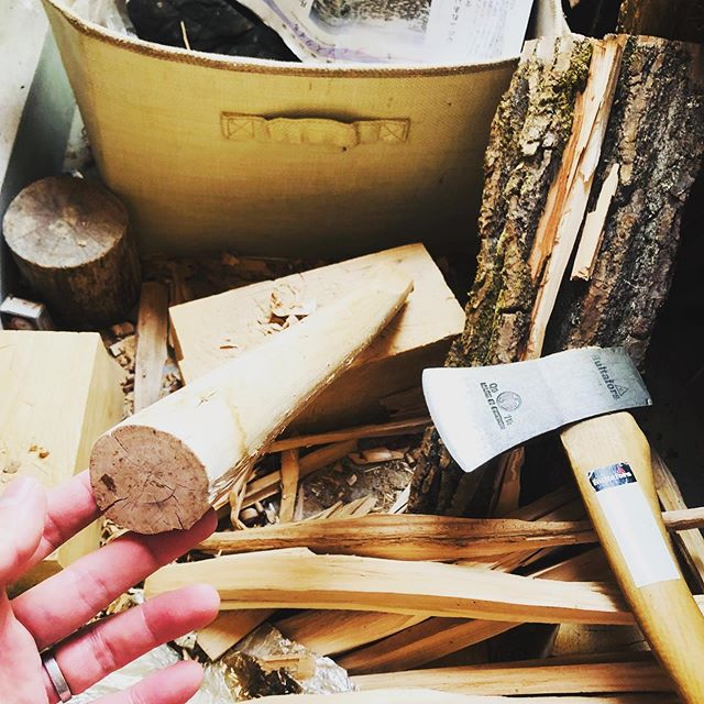 意味はないけど、丸太の芯材が綺麗だったので #麺棒 を #手斧 で削り出してみる。