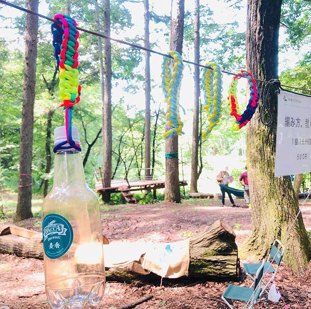 森のフェスティバル気持ちのいい雰囲気です。森の中にいるだけで満足。パラコード でブレスレット作り、ドリンクホルダー作りやってます。