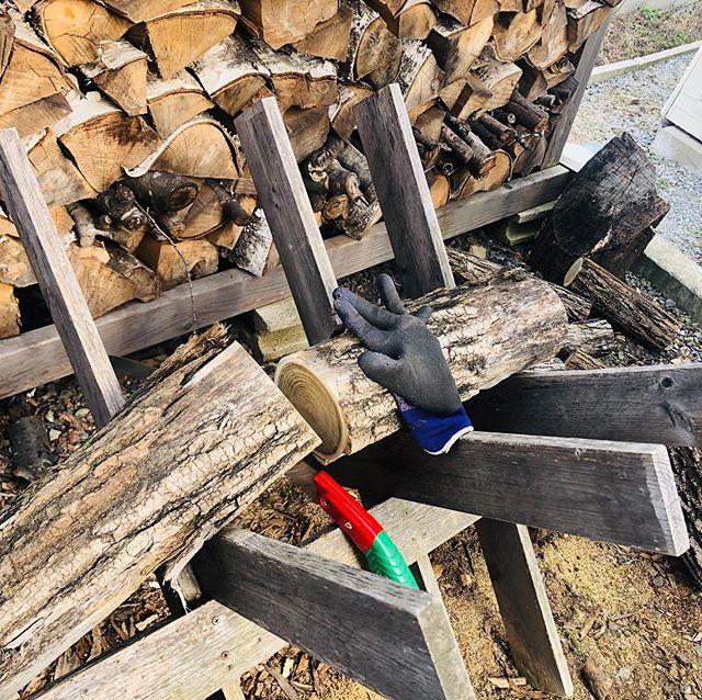 粉雪舞い散る寒い日は、薪づくり。#暑い